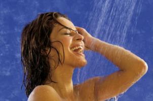 Frau unter der Duschex